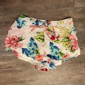 Adorable women's small shorts !